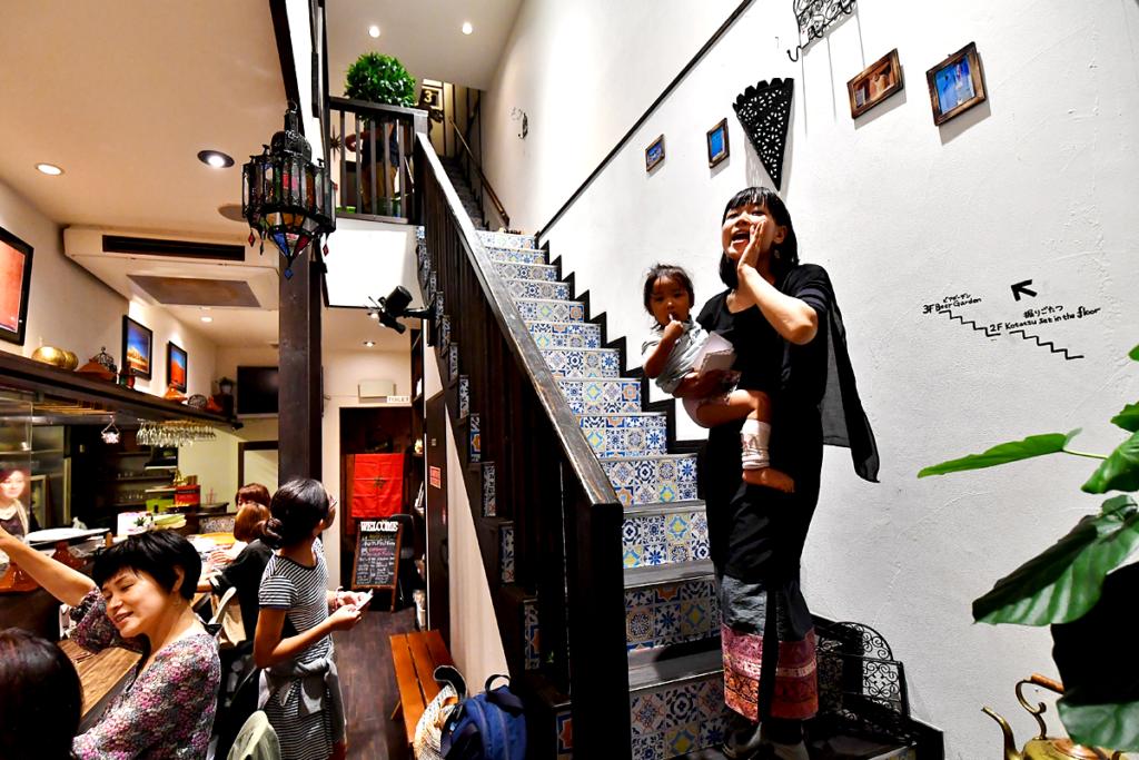 1Fカウンターと上階への階段 モロッコ家庭料理専門店 Le Marrakech(ル・マラケシュ)